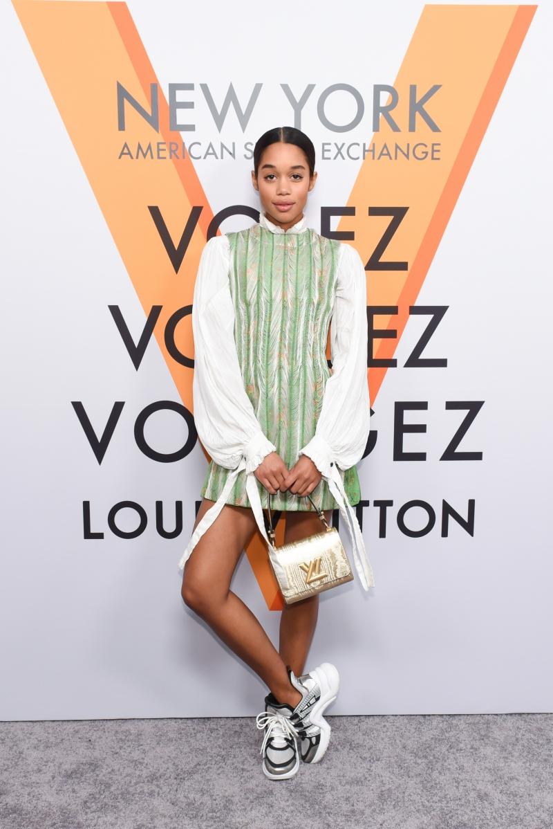 """Nữ diễn viên trẻ Laura Harrier mặc nguyên cây trong BST Xuân Hè 2018 của Louis Vuitton trong sự kiện ra mắt triển lãm """"Volez Voguez Voyagez"""" tại New York vừa qua."""
