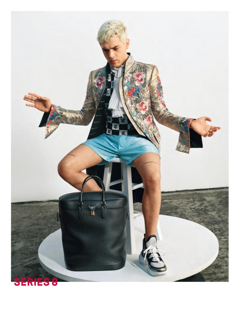 """Đạo diễn Xavier Dolan trở thành """"chàng thơ"""" trong chiến dịch quảng cáo BST Xuân Hè 2018 dành cho nữ của Louis Vuitton. Và anh cũng mang đôi giày Archlight phối cùng chiếc áo mang phong cách hoàng gia cổ điển."""