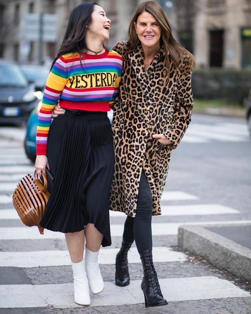 Ng.a và Anna Dello Russo xuất hiện trên đường phố Milan trên đường tới dự show diễn của nhà mốt Alberta Ferretti. Cô nàng fashionista người Việt mặc áo len nhiều màu sắc của Alberta Ferretti và xách túi Cult Gaia độc đáo.