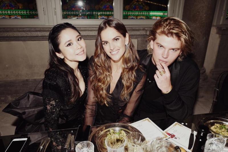 Nga H. Nguyễn cùng Izabel Goulart và nam người mẫu 20 tuổi người Úc Jordan Barrett.