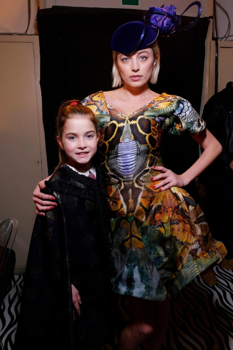"""Caroline Vreeland trong một thiết kế của Alexander McQueen từng """"càn quét"""" những con phố thời trang cùng Anna Dello Russo."""