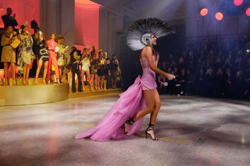Và chủ nhân của những bộ trang phục đình đám, Anna Dello Russo, nguồn cảm hứng của những tín đồ thời tràng trong nhiều thập kỷ qua.