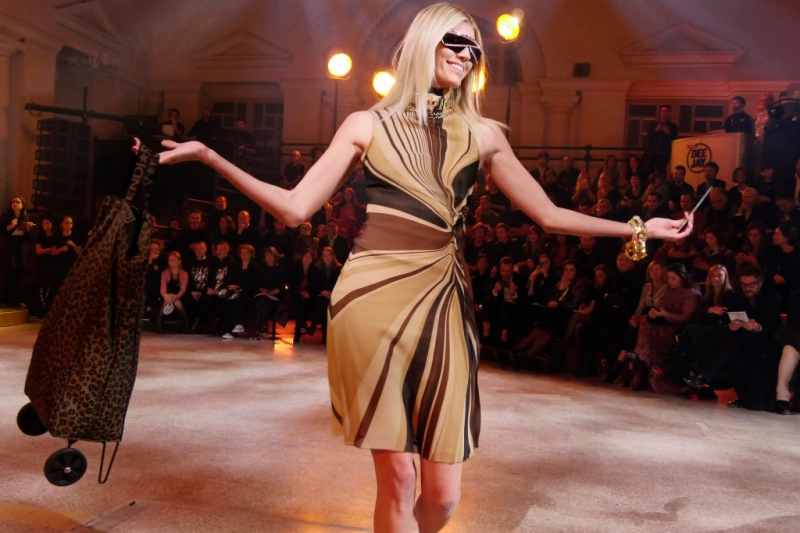 """""""Chân dài"""" Devon Windsor trong một bộ trang phục đấu giá."""