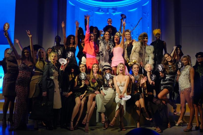 """Sự kiện đấu giá 30 bộ trang phục street-style của Anna Dello Russo tái hiện lại những khoảnh khắc """"xuất thần"""" của bà hoàng street-style trên phố."""
