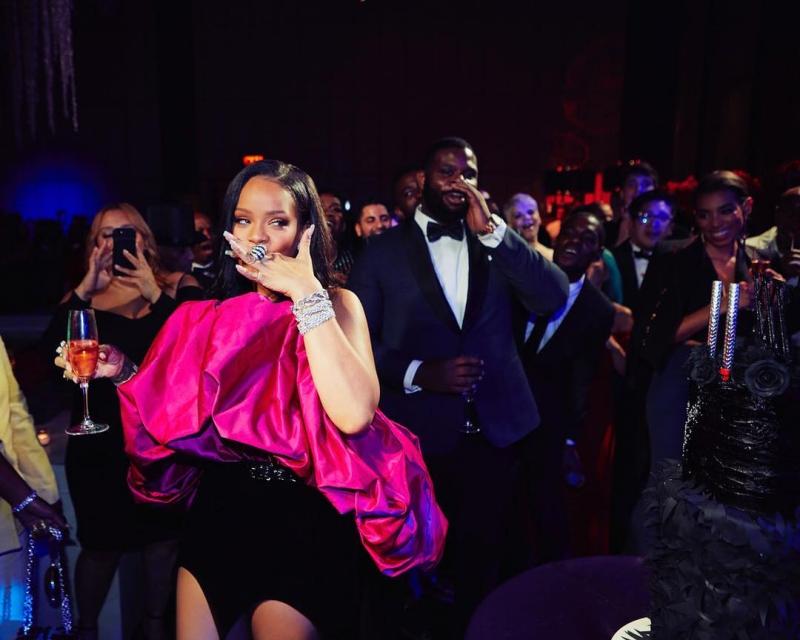 Trang sức kim cương làm tôn lên vẻ sang trọng rất riêng của nữ ca sĩ 30 tuổi này.