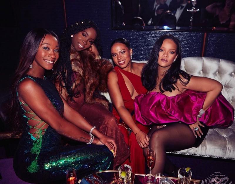 Rihanna nổi bật trong thiết kế đầm quây với phần áo phồng màu tím vô cùng đặc sắc của Saint Laurent.