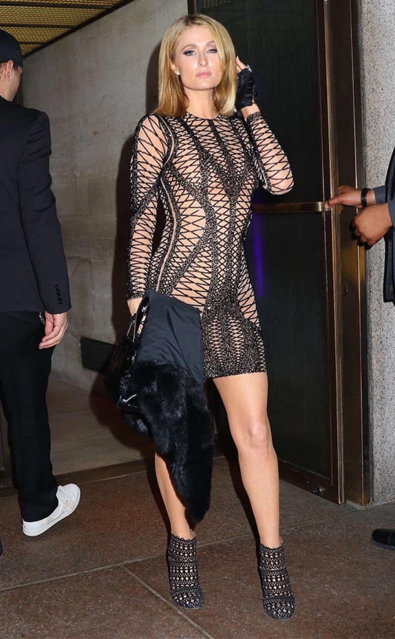 """Paris Hilton diện một bộ đầm bó sát, khoe những """"điểm vàng"""" trên cơ thể. Cô mang đôi booties thấp cổ của Azzedine Alaia."""