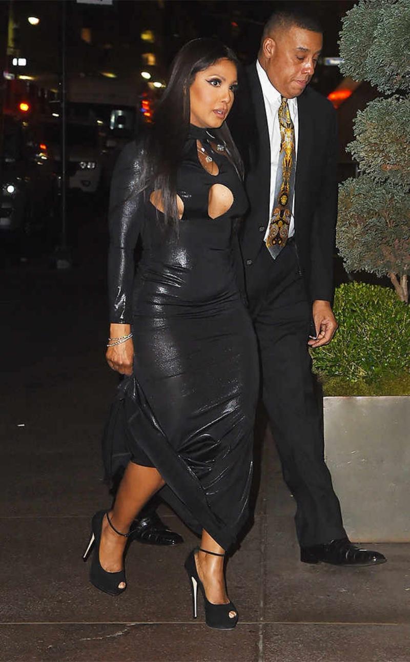 """Nữ ca sĩ Toni Braxton mang đến một phần trình diễn đặc biệt cho đêm tiệc """"ăn mừng"""" tuổi 30 của Rihanna. Ở tuổi 50, Toni Braxton vẫn không ngần ngại mặc những thiết kế """"khoe da thịt"""" táo bạo như thế này."""