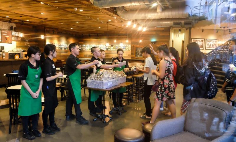 500 khách đầu tiên đã nhận được những món quà tri ân từ Starbucks.