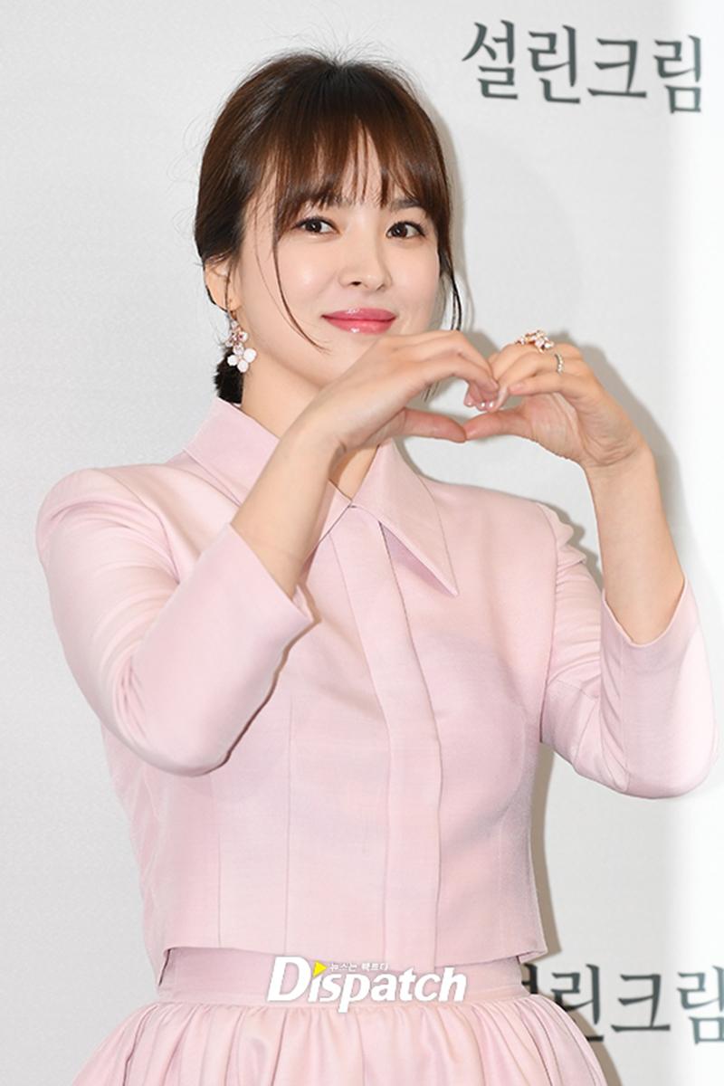 Trong chiếc đầm hồng nhạt ôm sát cơ thể, Song Hye Kyo vô cùng xinh đẹp, nữ tính. Nhan sắc mặn mà, nụ cười rạng rỡ của nữ diễn viên khiến người hâm mộ không khỏi xao xuyến.