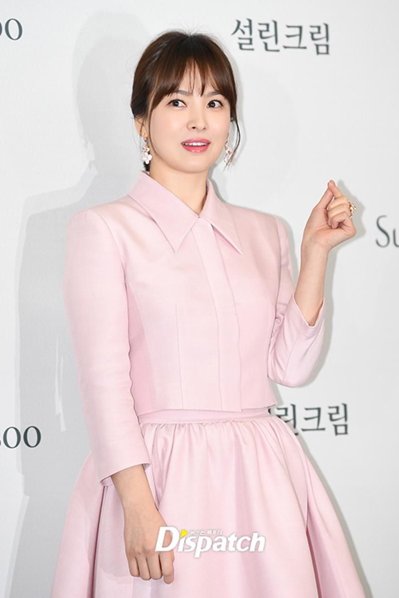 Truyền thông xứ Hàn dành rất nhiều lời khen ngợi trước vẻ đẹp không tuổi của mĩ nhân Song Hye Kyo.