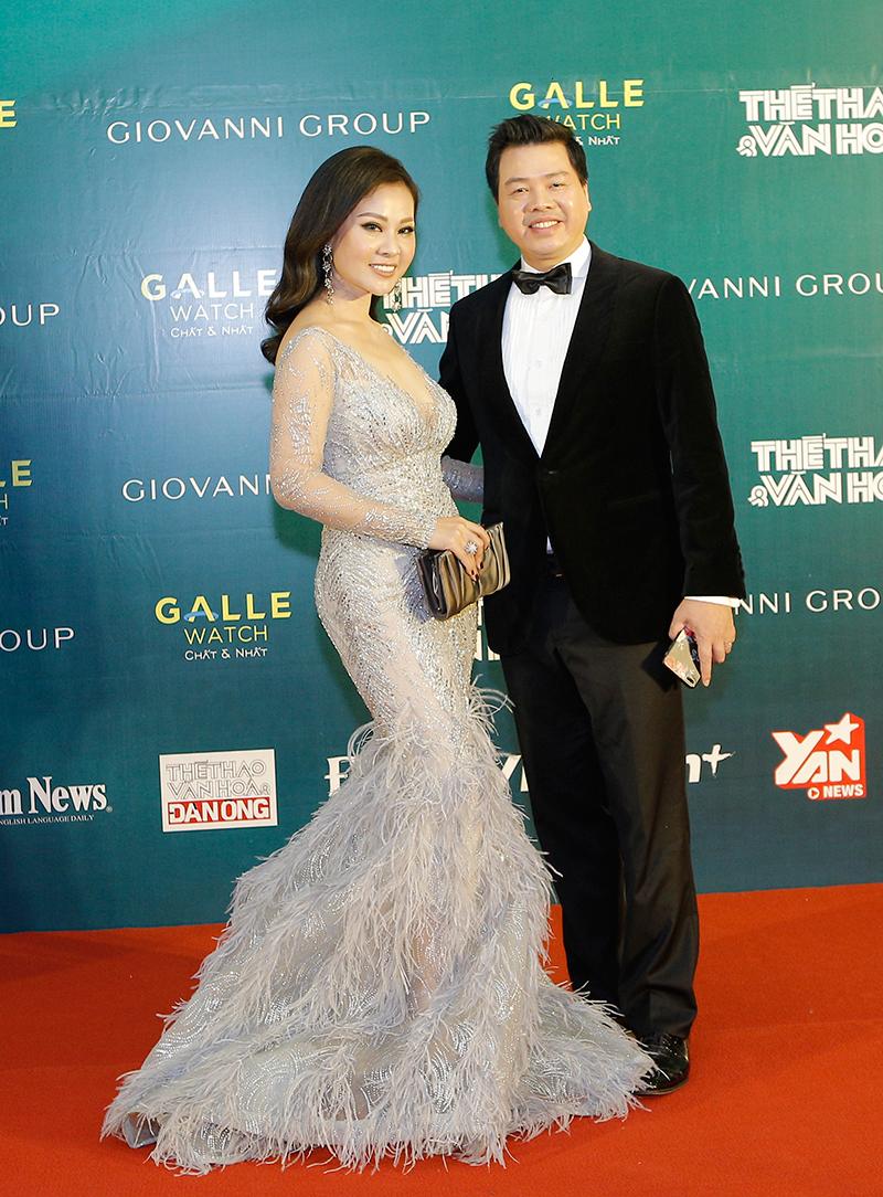 """Hai vợ chồng nghệ sĩ Đăng Dương xuất hiện tình tứ. Anh là chủ nhân giải thưởng Chương trình của năm với concert âm nhạc thính phòng giao hưởng """"Mặt trời của tôi""""."""