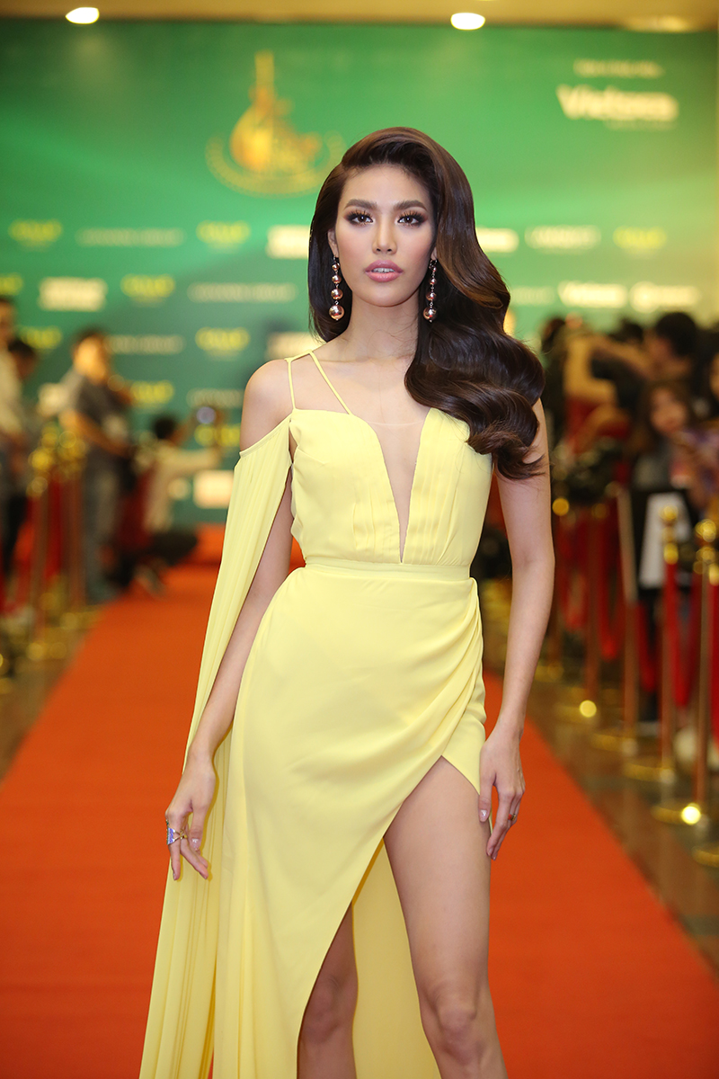 Hoa khôi Lan Khuê diện đầm vàng hoàng yến, khoe vẻ đẹp đầy mạnh mẽ. Cô giữ vai trò MC trong Lễ trao giải cùng nhà báo Lại Văn Sâm.