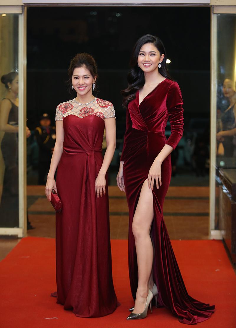 Á hậu Thanh Tú xuất hiện bên một người bạn trong một đầm nhung, xẻ cao, khoe nét đẹp thanh mảnh.