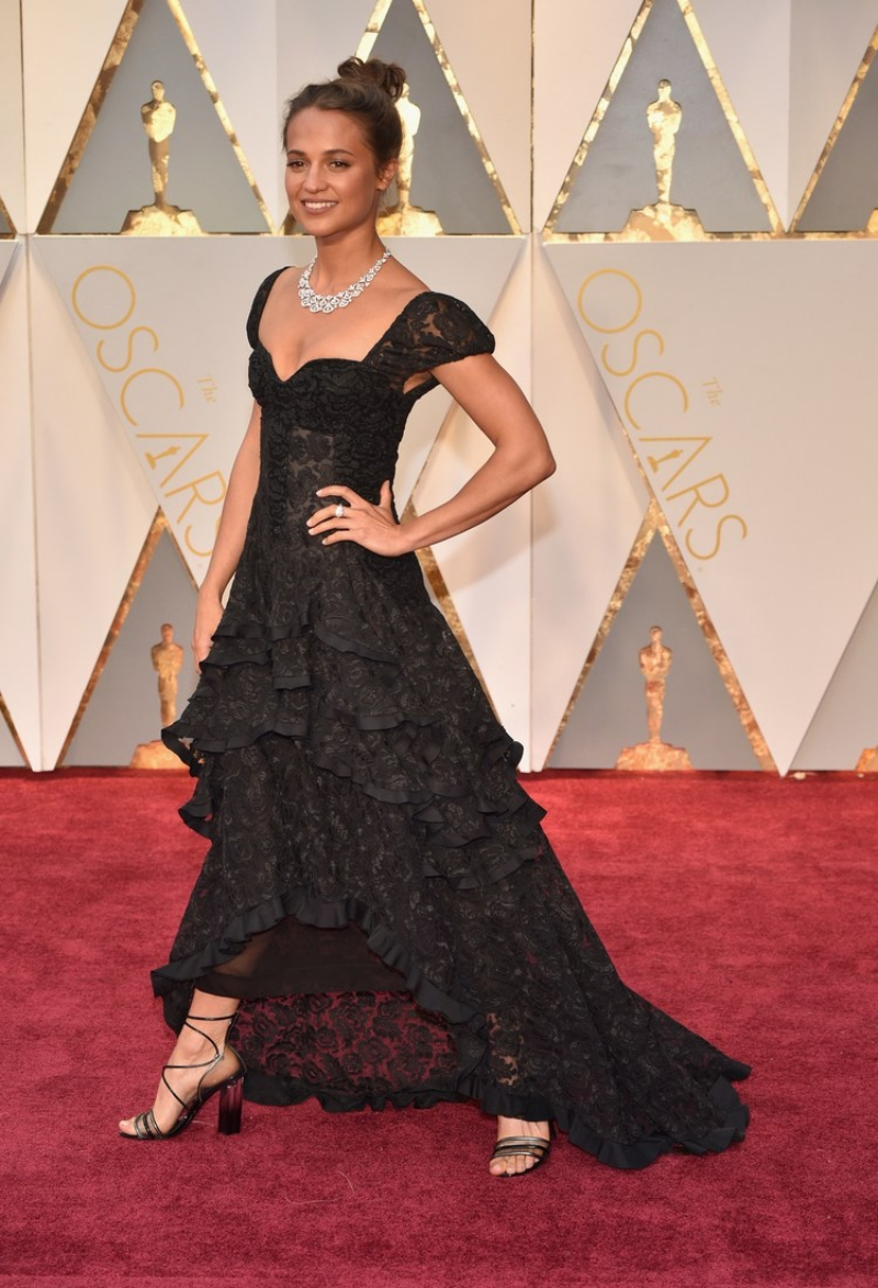 Tại Oscar năm 2017, Alicia Vikander mặc một thiết kế đầm ren màu đen có nhiều tầng xếp tạo độ thướt tha sang trọng.