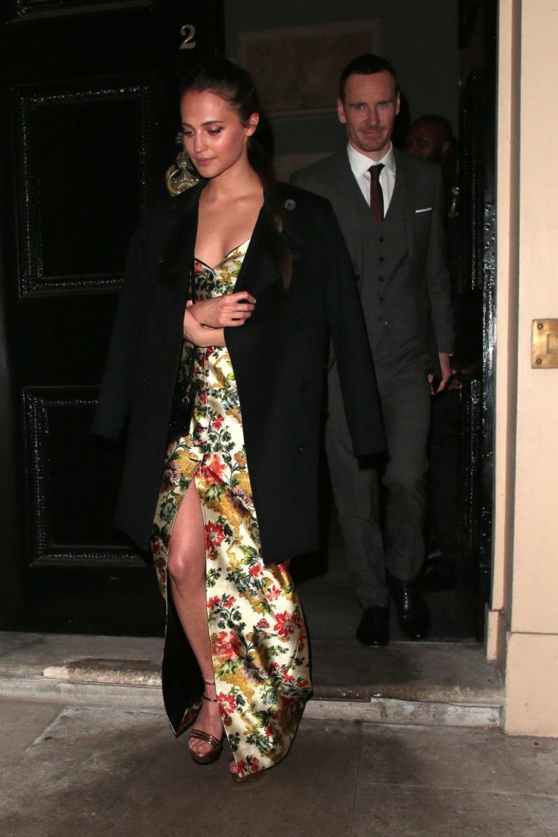 Tại buổi tiệc sau sự kiện công chiếu ở London, cô xuất hiện cùng chồng mình là nam diễn viên Michael Fassbender. Nam diễn viên lịch lãm trong thiết kế suit của Burberry, không giấu được vẻ tự hào về bộ phim mới của vợ mình.