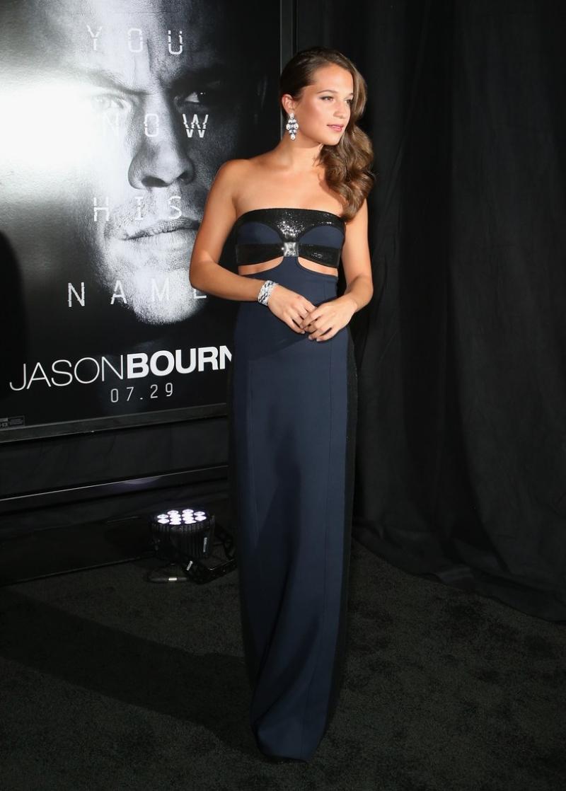 """Trong quá trình quảng bá cho bộ phim """"Jason Bourne"""" hồi năm 2016, Alicia Vikander cũng thường xuyên lựa chọn trang phục của Louis Vuitton khi xuất hiện trên thảm đỏ."""
