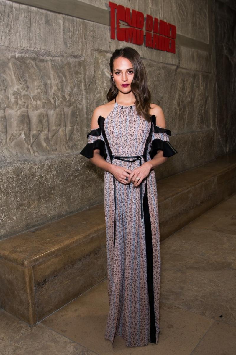 Alicia Vikander chọn mặc một thiết kế đầm dài hở vai của Louis Vuitton cho sự kiện ra mắt phim tại Berlin hồi đầu tháng 3.