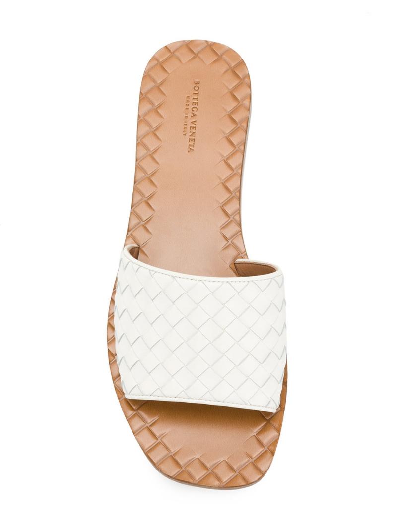 Cũng là một thiết kế dép sliders bằng da hết mực nữ tính đến từ thương hiệu Bottega Veneta có giá 11,6 triệu đồng.
