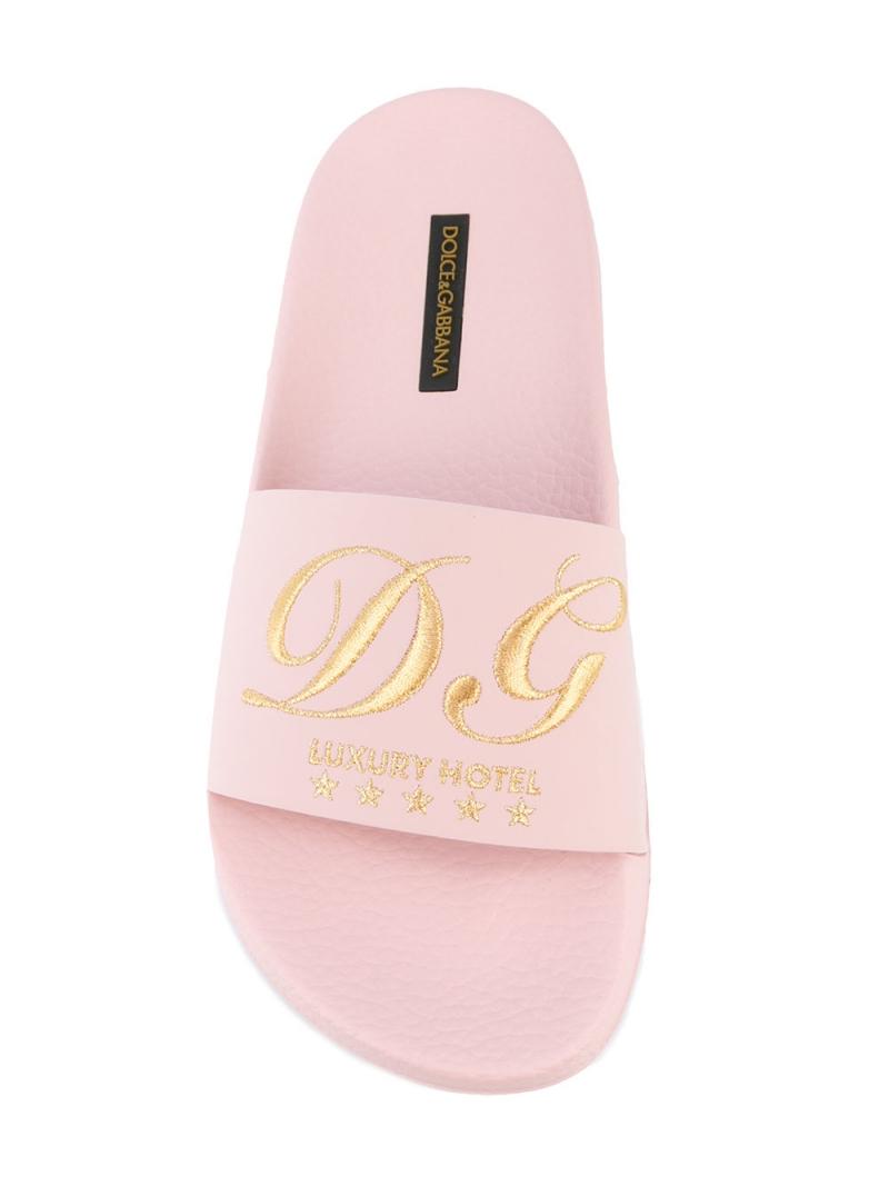 Thiết kế dép sliders của Dolce & Gabbana mô phỏng dép trong khách sạn cao cấp có giá khoảng 7,6 triệu đồng.