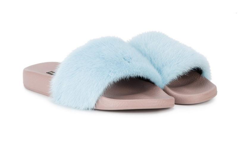 Một thiết kế khác cũng của Dolce & Gabbana có giá 12,7 triệu đồng với phần quai dép phủ lông màu xanh baby nhẹ nhàng.