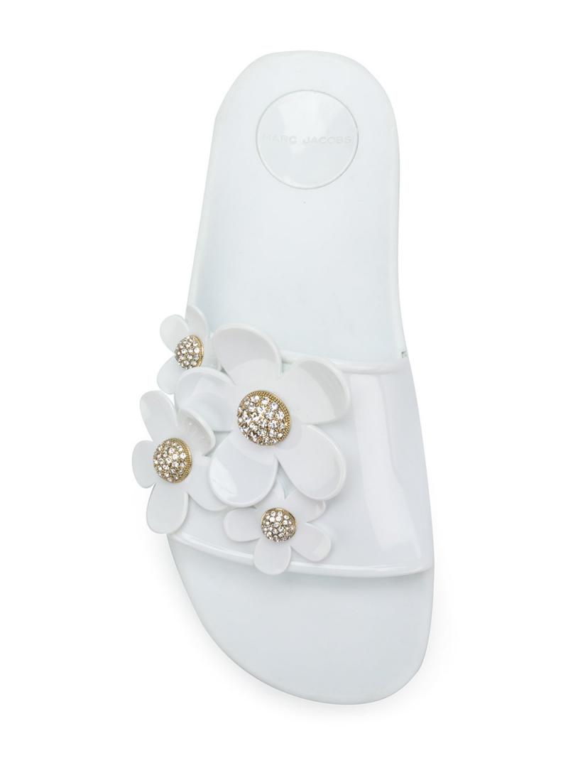 Dành cho những cô nàng điệu đà, Marc Jacobs mang tới thiết kế dép sliders với những bông hoa cúc gắn trên quai dép. Hoa cúc cũng là hình ảnh gắn liền với dòng nước hoa Daisy vô cùng ăn khách của Marc Jacobs.