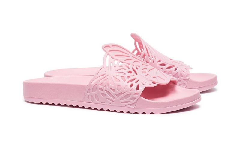 Sophia Webster vốn nổi tiếng với những đôi giày cao gót điệu đà có cánh bướm cắt laser ở sau gót cũng không nằm ngoài cuộc chơi dép sliders. Thiết kế màu hồng nữ tính với phần quai dép được cắt laser mô phỏng cánh bướm điệu đà. Giá của đôi dép này khá mềm, vào khoảng 4,4 triệu đồng.