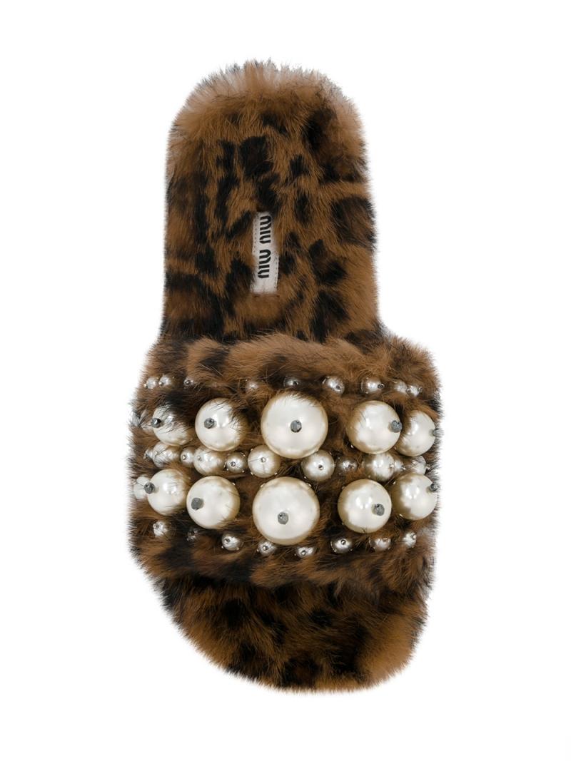 """Thương hiệu chị em của Prada, Miu Miu, trình làng mẫu dép phủ lông đính ngọc trai vô cùng ấn tượng. Giá của thiết kế này cũng """"ấn tượng"""" không kém, khoảng 22 triệu đồng."""