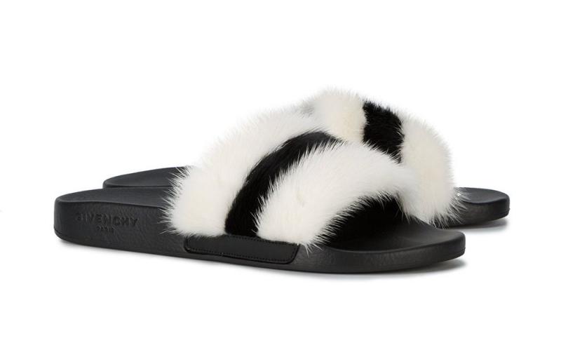 Givenchy cũng cho ra mắt thiết kế dép sliders với phần quai dép gắn lông đen trắng đối lập.