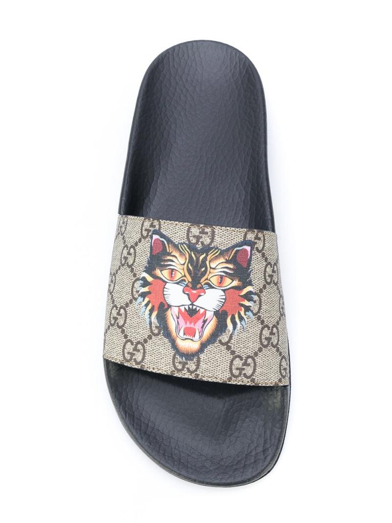 Dép sliders của Gucci với phần quai có logo GG quen thuộc cùng hình ảnh mèo hoang nổi bật chính giữa. Thiết kế dép này có giá khoảng trên dưới 7 triệu đồng.