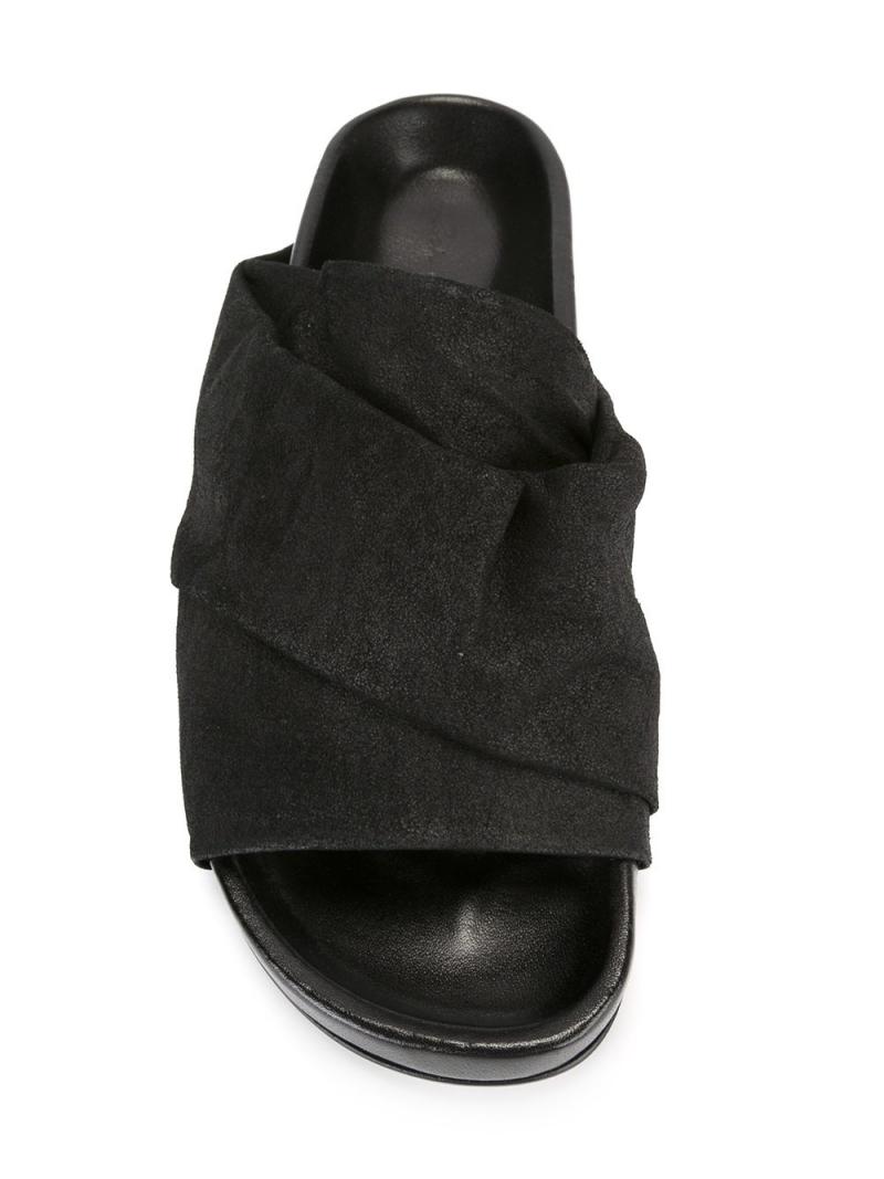 Các tín đồ thời trang theo phong cách avant-garde chắc chắn sẽ săn tìm đôi dép này của Rick Owens, ngay cả khi giá của nó lên đến 17,2 triệu đồng.