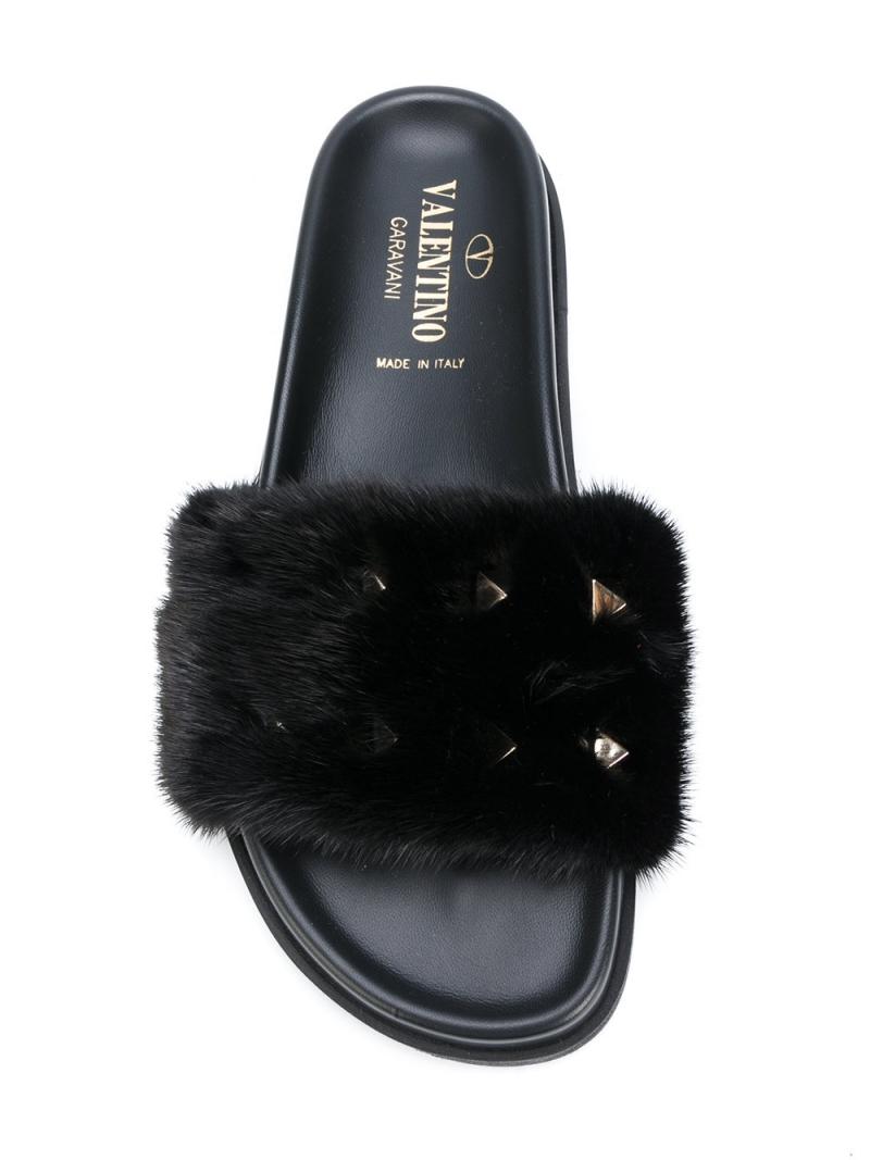 Vừa có đinh tán và vừa có lông thú trang trí, đôi dép này của Valentino có giá 28,7 triệu đồng.