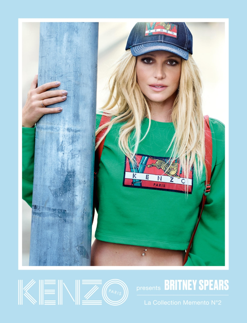 Britney Spears trẻ trung với áo crop-top khoe vòng eo săn chắc.