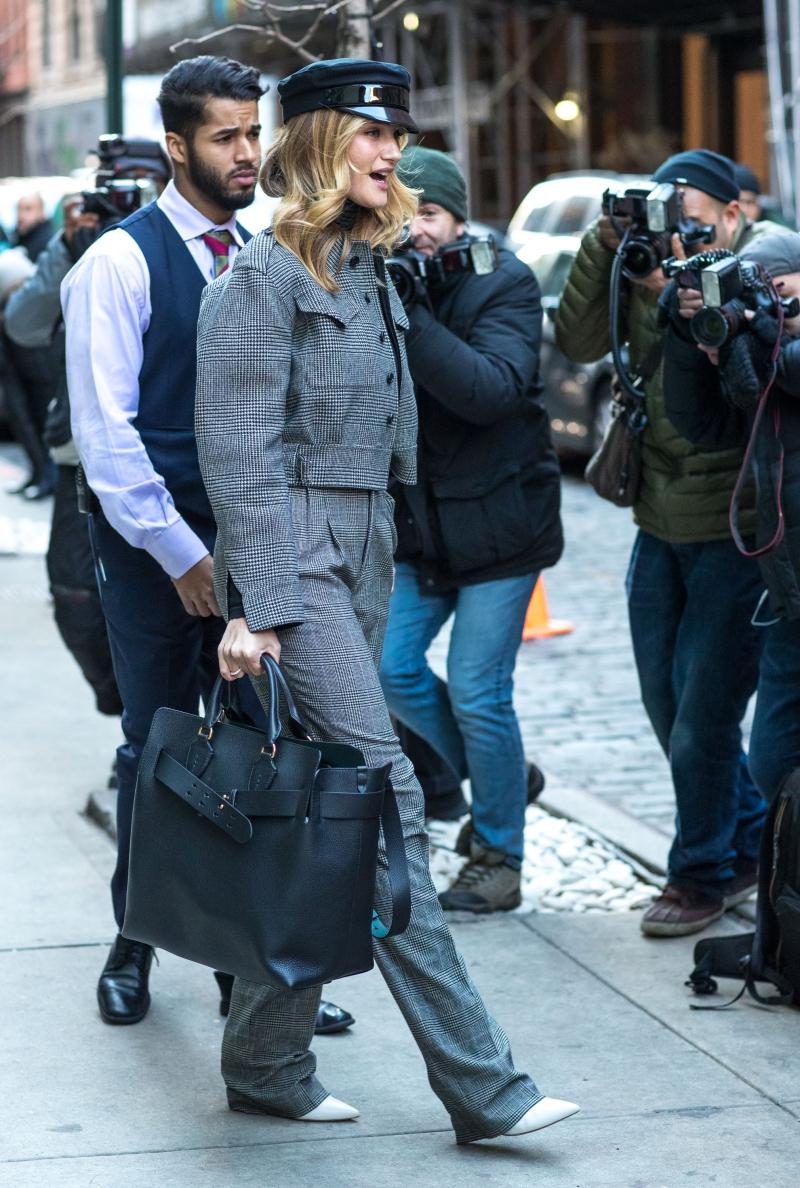 Chiếc túi Belt Bag màu đen đồng hành cùng cô mọi lúc mọi nơi.