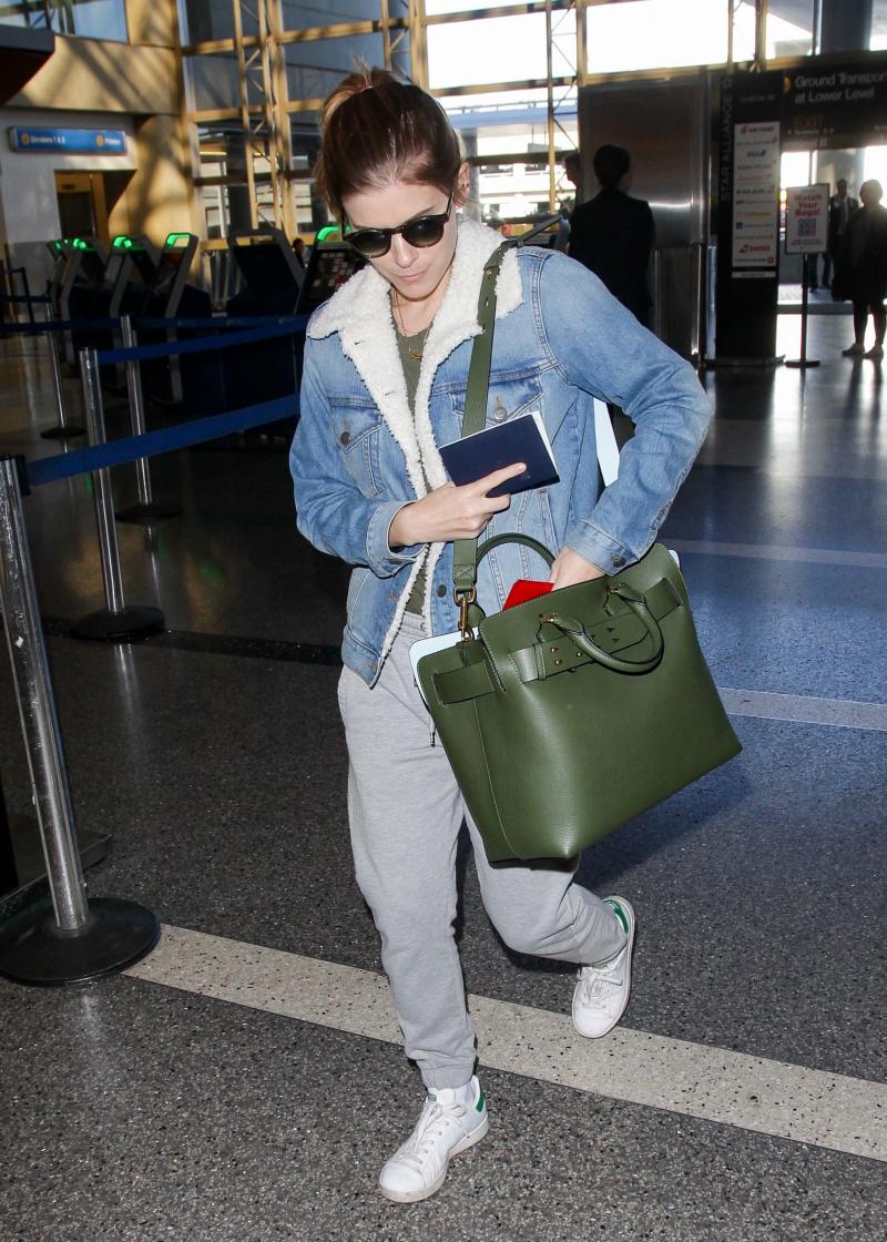 """Nữ diễn viên Kate Mara sở hữu túi Belt Bag màu xanh olive, """"trợ thủ"""" đắc lực trong những chuyến bay."""