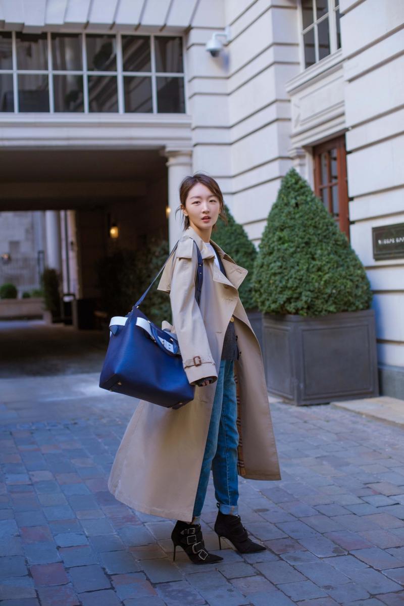 """""""Hoa đán"""" Châu Đông Vũ xuất hiện trên đường phố London với áo khoác trench và túi xách Belt Bag của Burberry."""
