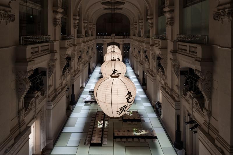 Toản cảnh không gian buổi ra mắt BST Xuân Hè 2018 của H&M Studio tại Paris vừa qua.