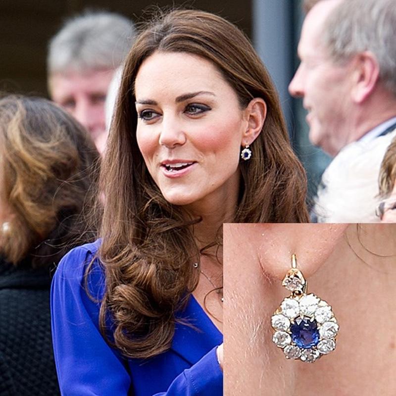 Công nương Kate từng xuất hiện rạng ngời với đôi hoa tai sappire. Đây cũng là món quà Hoàng tử William tặng vợ sau ngày kết hôn. Hoàng tử tinh ý cùng với màu nhẫn đính hôn. Theo nhiều nguồn tin, đây cũng là món trang sức yêu thích của Công nương Diana.