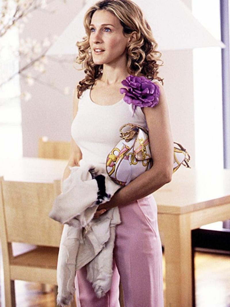 """Carrie Bradshaw trong """"Sex and the City"""" cũng không bỏ qua chiếc túi xách nổi bật này."""
