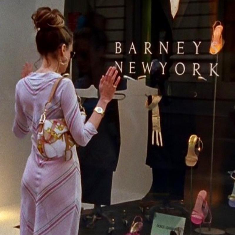 """Carrie mang túi xách Saddle trong một số phân cảnh của """"Sex and the City""""."""