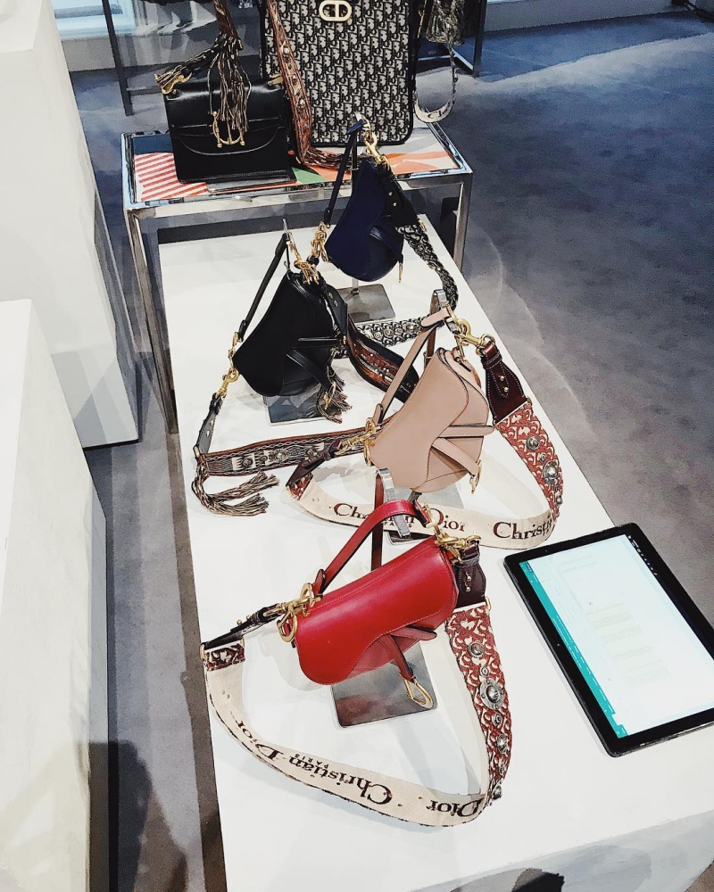 Túi xách Saddle mới của Dior không chỉ có quai ngắn đeo sát nách hoặc cầm tay, mà còn có thể kết hợp với quai túi dài để đeo chéo người.