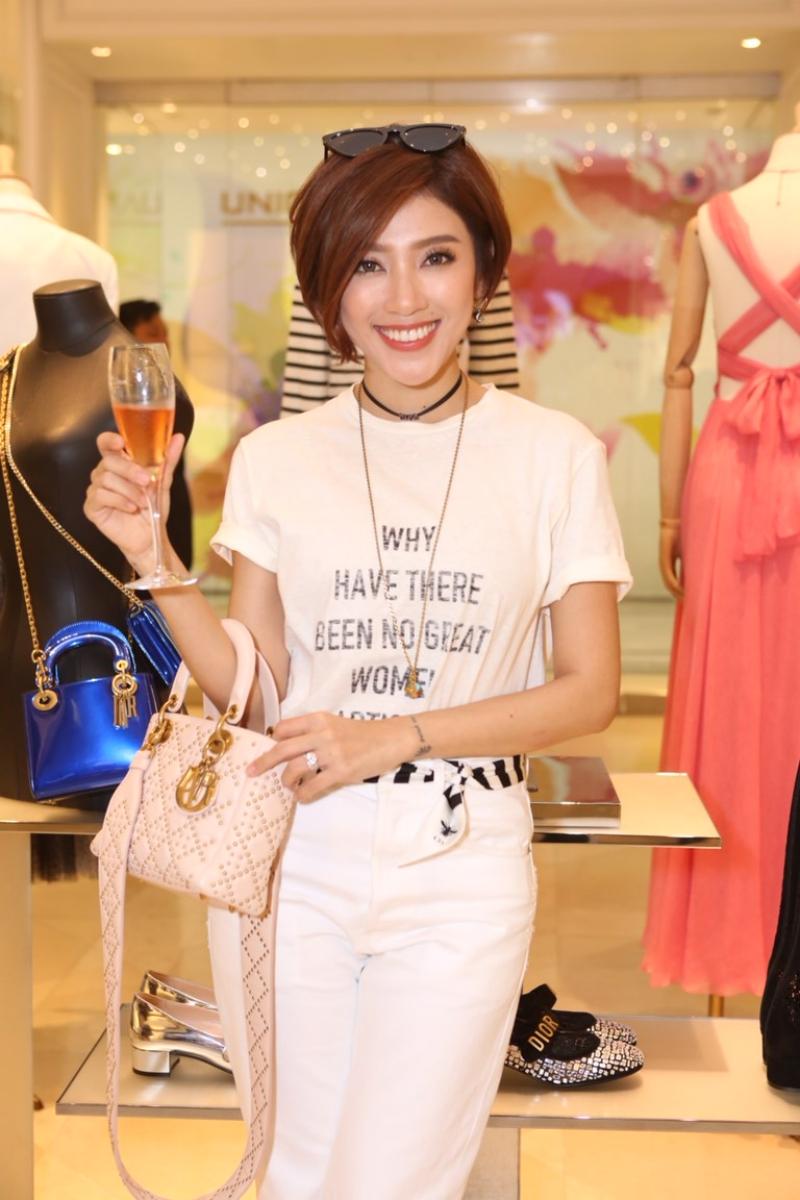 MC Yumi Dương cá tính với chiếc áo thun mang thông điệp nữ quyền của Dior. Cô phối cùng quần jeans trắng và vòng cổ choker mảnh của Dior.
