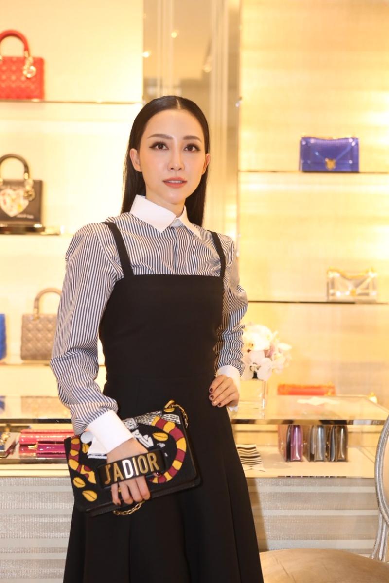 Nghệ sĩ múa Linh Nga cũng là một tín đồ của thương hiệu Dior. Cô xách túi J'ADIOR với những họa tiết đặc sắc từ BST Cruise 2018.