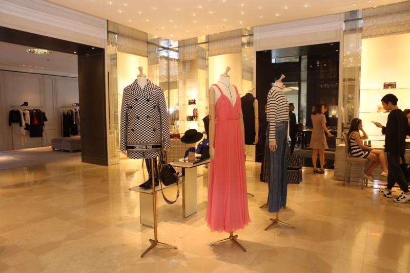 Những thiết kế mới nhất trong BST Xuân Hè 2018 của Dior đã có mặt tại Việt Nam.