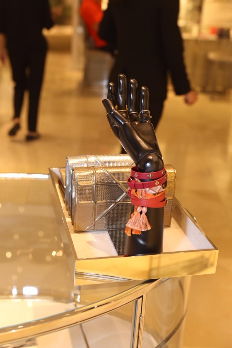 Phụ kiện vòng tay của Dior được rất nhiều tín đồ thời trang thích thú.