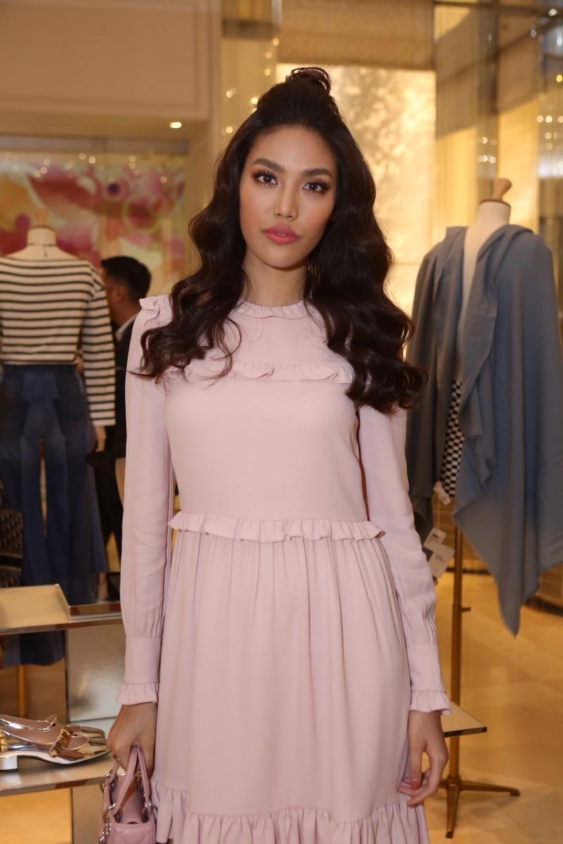 Người đẹp Lan Khuê chọn mẫu đầm dài tay cổ điển màu hồng phấn, với những đường nhún bèo tô điểm thêm nét yêu kiều.