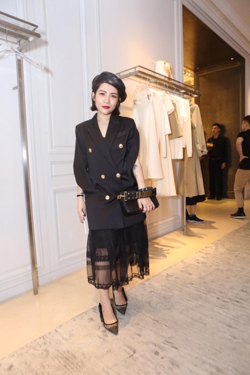 Fashionista Lâm Thúy Nhàn nổi bật với set đồ đen ấn tượng với những món phụ kiện đắt giá của Dior.
