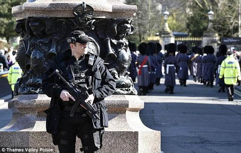 Tất cả các du khách bước vào khu vực nội thành để xem lễ rước đuốc của hoàng gia qua thị trấn sẽ phải đi qua các máy quét an ninh sân bay.