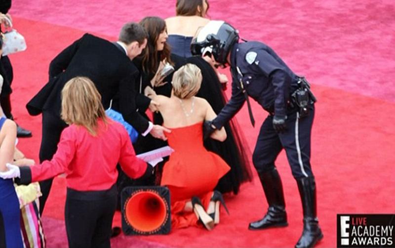 theo phản xạ thông thường, Jennifer túm ngay người phía trước.
