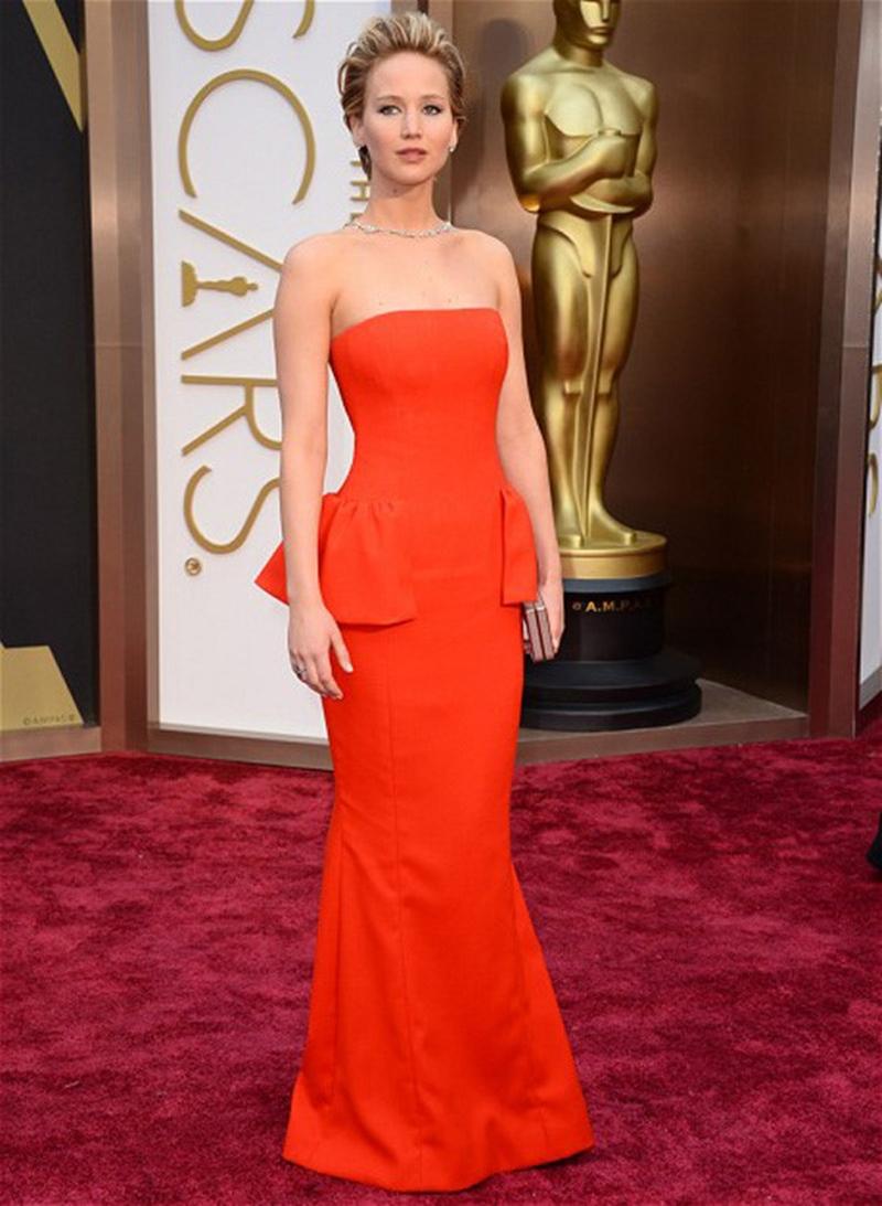"""Sau sự cố của mình, Jennifer Lawrence đã giải thích cô vấp phải một vật do ban tổ chức đặt trên thảm đỏ và ngã với phóng viên của ABC News: """"Đó là sự không cẩn thận của tôi, tôi đã vấp phải một vật dùng để phân luồng trên thảm đỏ""""."""